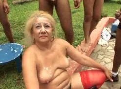 Velha no sexo dando para vários homens e querendo banho de porra