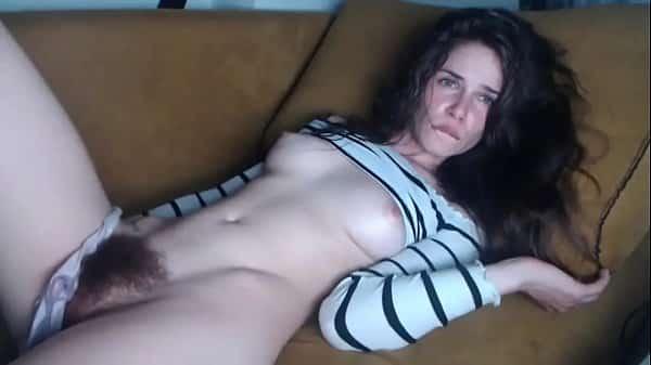 Novinha com a buceta cabeluda gozando muito na webcam