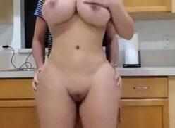 Cavala gostosa dando a buceta na cozinha em xvideo