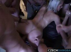 5 Homens e 1 mulher coroa loira coberta de porra