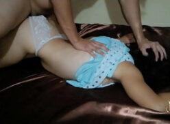 Sexo entre pai e filha metendo a rola na garotinha