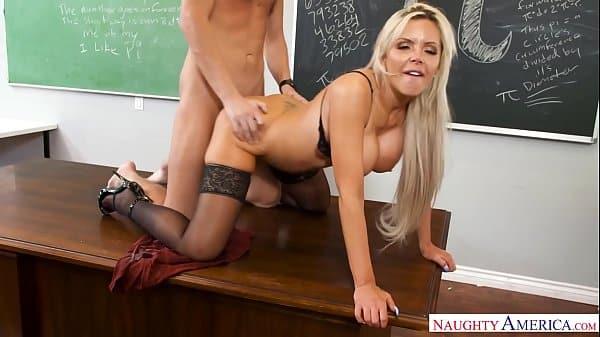 Muita foda com loira gostosa na faculdade nesse porno